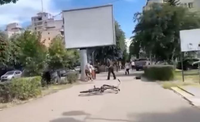 Bărbat, înjunghiat în mijlocul zilei, în centrul Devei. În loc să intervină, martorii au început să filmeze