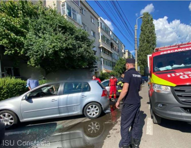 Bebeluş blocat într-un autoturism la Constanța, salvat de pompieri