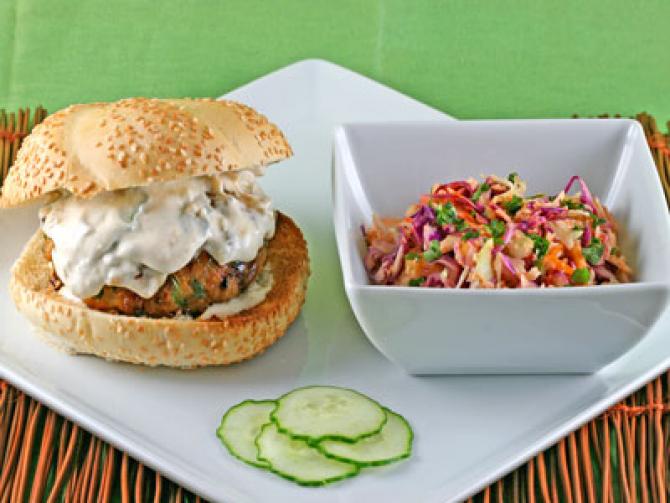 Burger italian cu maioneză şi ceapă caramelizată, reţetă delicioasă pentru picnicuri cu familia şi prietenii (sursa foto: Flickr)