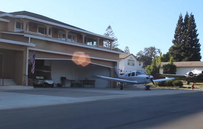 Cartierul în care fiecare casă are un garaj pentru avion. Viața oamenilor care fac naveta la muncă în zbor