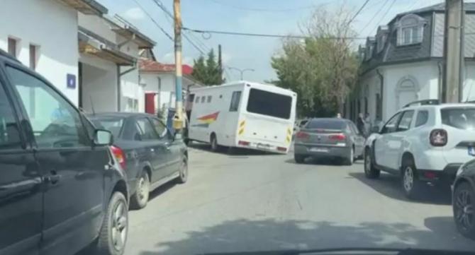 Dubă cu deținuți, blocat după ce strada s-a surpat sub roți, în fața Penitenciarului din Craiova