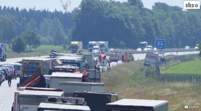 Germania. Un șofer român de TIR a murit la volan, în timp ce conducea. Camionul s-a oprit într-un câmp