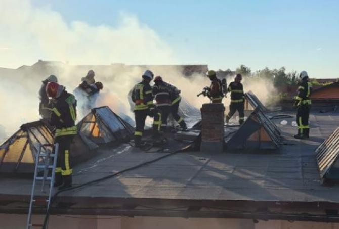 Incendiu la un depozit. Un adult şi 15 copii români, aflaţi în apropiere, evacuaţi