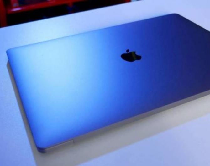 Italia. Doi români au sustras un laptop, de peste 1.300 de euro, chiar sub ochii agenților de securitate dintr-un magazin