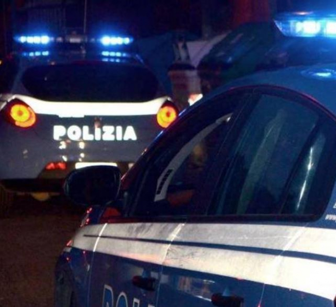 Italia. O româncă s-a dat în spectacol pe o terasă. A furat mâncarea clienților și a atacat polițiștii