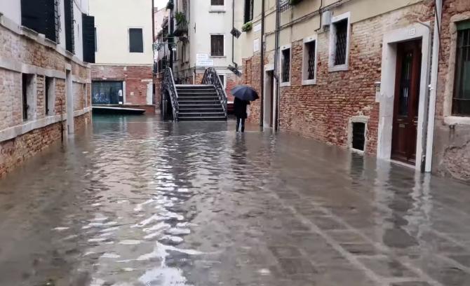 Italia. Veneția este din nou inundată. Mareea adusă din larg a atins aproape un metru înălţime