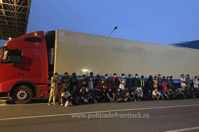 Migranţi, ascunşi în remorca frigorifică a unui TIR, care transporta oase de cai în Italia