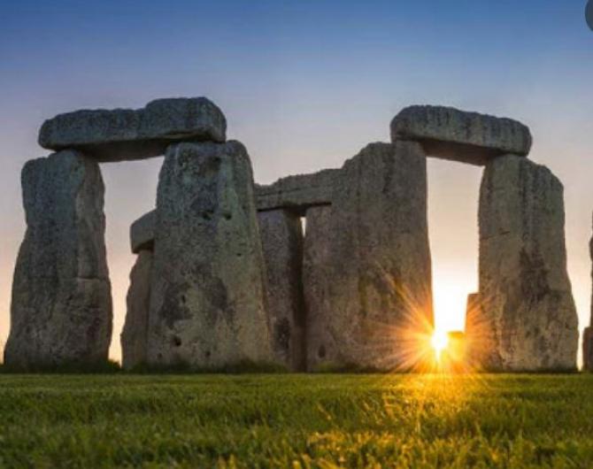 Monumentul de la Stonehenge, luat cu asalt la solstițiu. Vizitatorii au sărit gardul și s-au urcat pe pietre