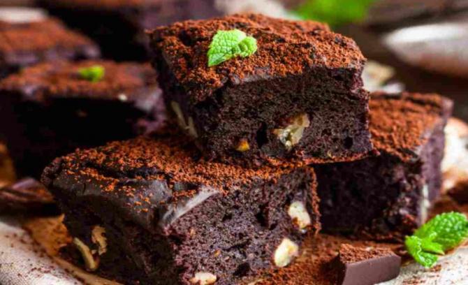 Negresă de ciocolată, cu nucă și mentă.Un desert delicios și irezistibil, în zilele aride de vară