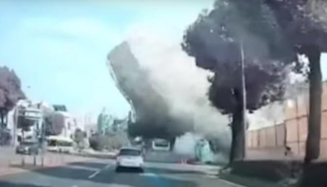 O clădire cu 5 etaje s-a prăbușit peste un autobuz plin cu pasageri - VIDEO