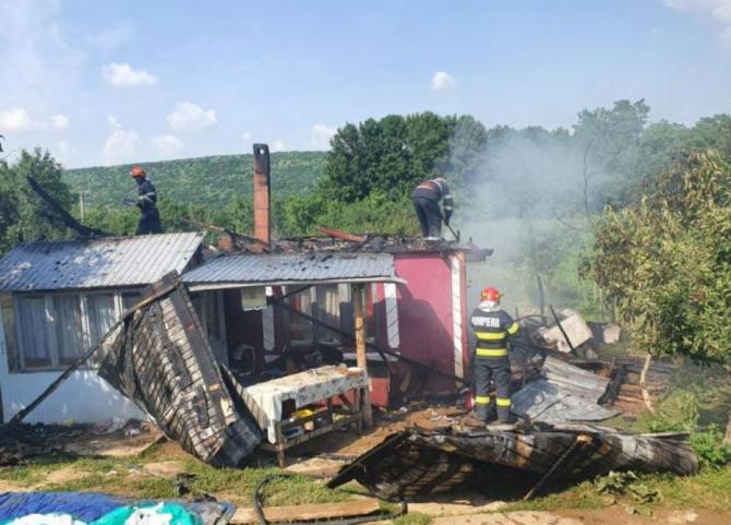 O familie cu cinci minori a rămas pe drumuri. Casa le-a fost mistuită de un incendiu