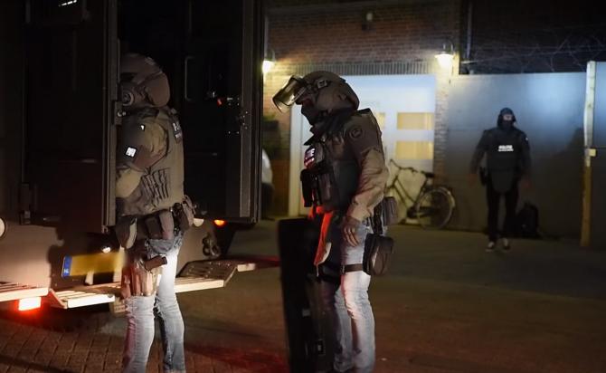 Olanda. Armă de foc găsită într-o clădire închiriat de muncitori români, după un raid al mascaților: Româncă de 25 de ani, reținută