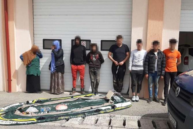 Opt migranți, din care trei minori, au traversat Dunărea cu o barcă gonflabilă
