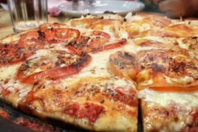 Pizza fără făină și fără carbohidrați. Se face rapid și este recomandată și celor care țin la dietă. O felie are 190 de calorii