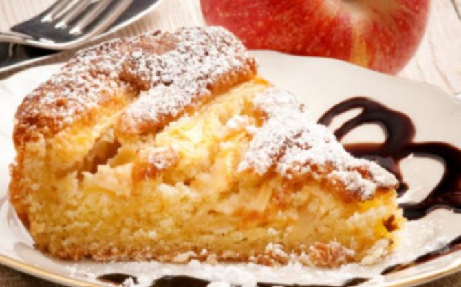 Plăcintă cu mere și iaurt la tigaie. Fără lapte și fără unt. O felie are 170 de calorii