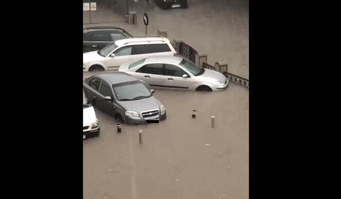 Potop în România. Zeci de maşini, luate de apă pe străzi