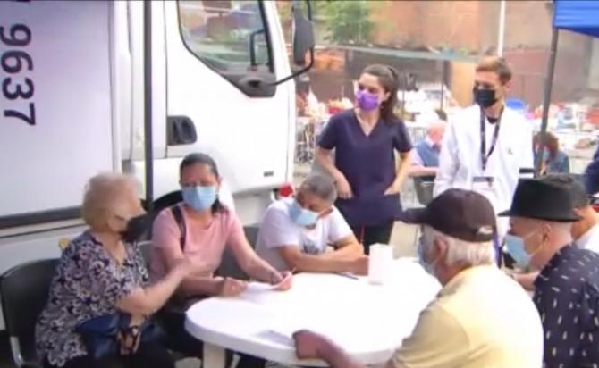 """Românii au făcut coadă în Piața Obor, la vaccinarea cu mici: """"Indiferent ce se dă gratis, oamenii se duc. Așa este românul!"""""""