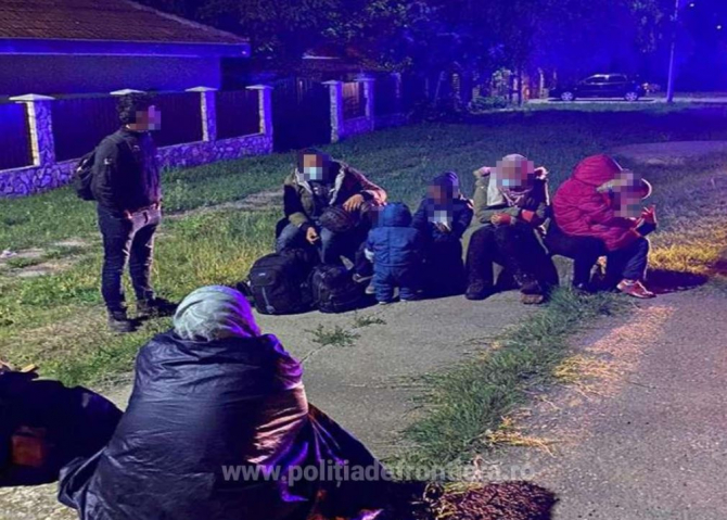 Șase adulți și cinci copii au încercat să treacă, ilegal, Dunărea, cu o ambarcațiune gonflabilă