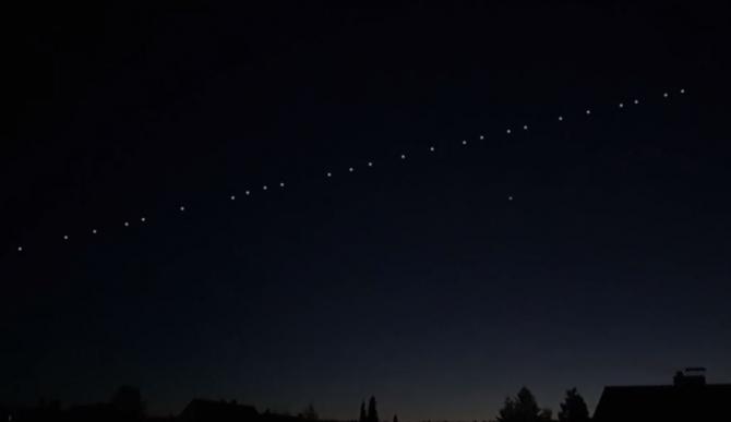 Sateliţii Starlink, vizibili cu ochiul liber vineri noapte pe cerul României
