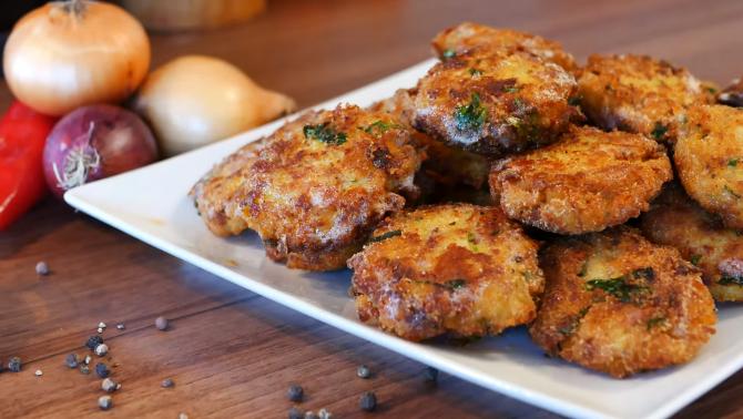 """Șnițele din cartofi cu """"de toate"""". O gustare completă, sățioasă și simplu de făcut: Ai toate ingredientele acum, în casă"""