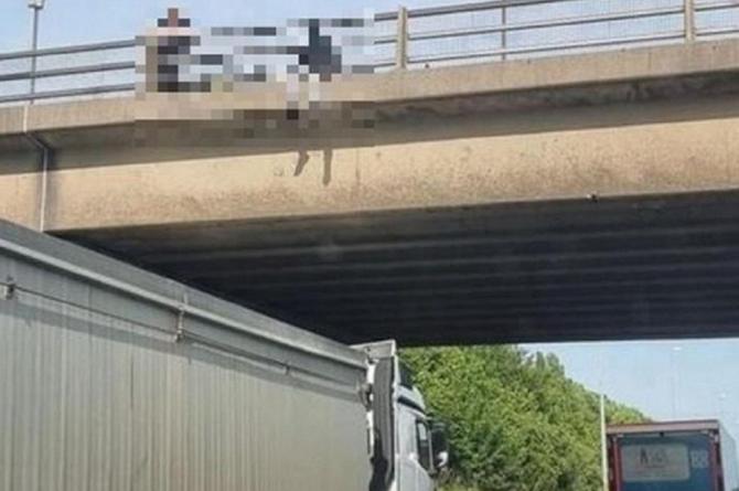 Şofer de TIR, devenit erou în UK. Bărbatul a parcat sub un pod, împiedicând o persoană să se sinucidă