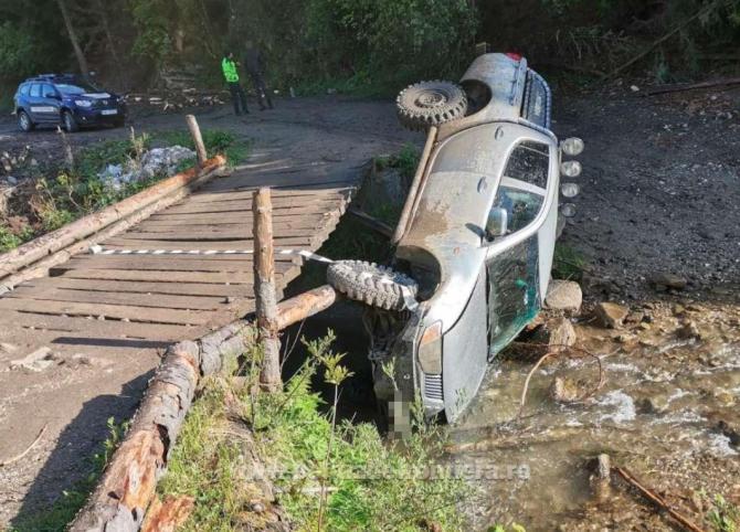 Șofer român, oprit cu focuri de armă. La trecerea peste un pod, mașina s-a răsturnat