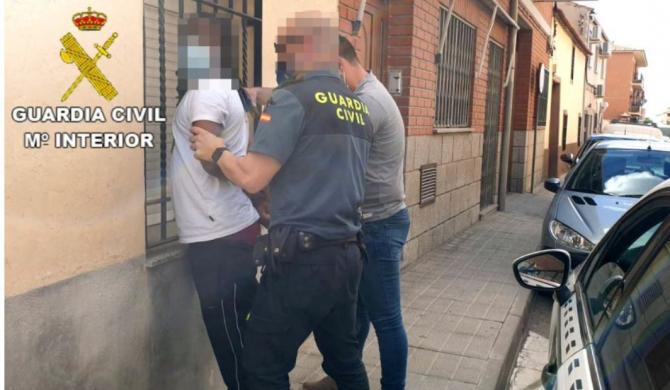 Spania. Un român și complici săi, înarmați cu un cuțit, au amenințat vânzătorul unui magazin și au fugit cu banii. Reținuți cu ajutorul martorilor