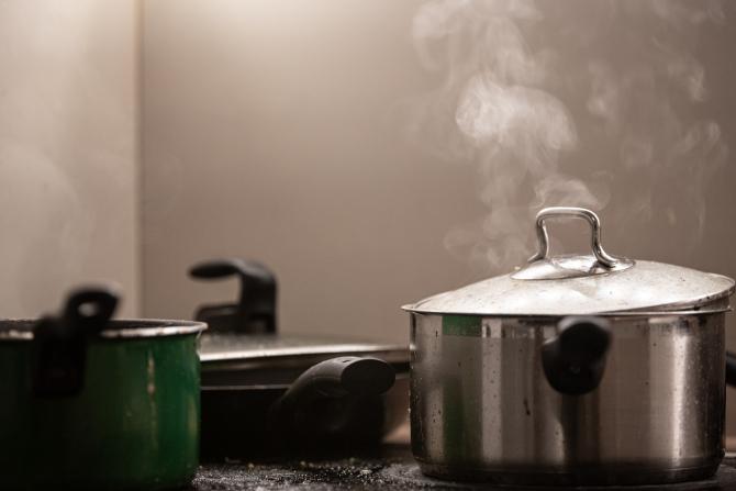 Taie un cartof în jumătate și pune bicarbonat. Cea mai rapidă soluție să cureți grăsimea arsă! Rezultatele, vizibile instantaneu