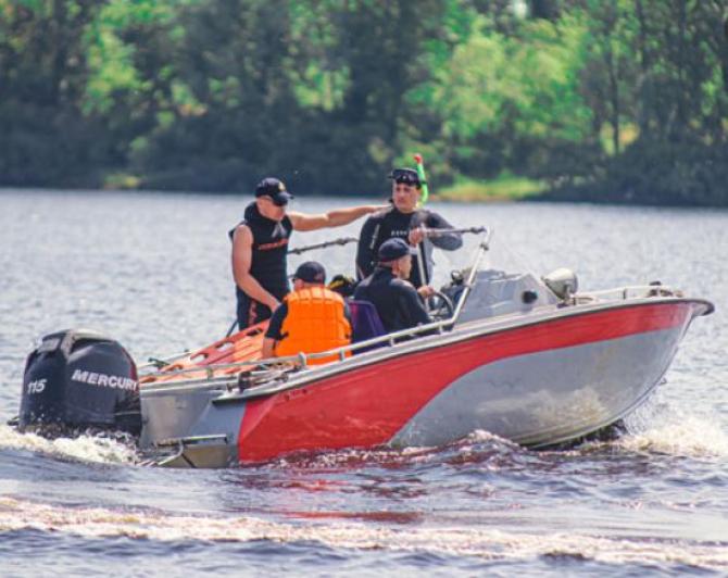 Tatăl și două fetițe minore s-au înecat, după ce a urcat pe o saltea gonflabilă