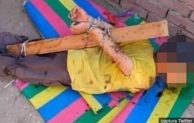 Un băieţel de 7 ani, legat şi uns cu miere pentru a atrage albinele, ca pedeapsă