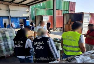 Containere cu peste 60 de tone de deșeuri de plastic amestecat cu carton, descoperite în Portul Constanţa Sud Agigea