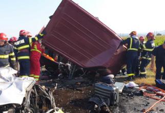 Familii de români, distruse din imprudenţa unui şofer. Cine-i vinovat de producerea accidentului cu şapte morţi de pe E85