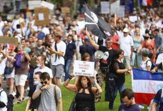 Franţa. Proteste antivaccinare în mai multe oraşe. Ciocniri cu forţele de ordine la Paris