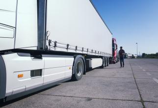 """Italia. Cinci COPII, găsiți în camionul a doi șoferi ROMÂNI de TIR. Au stat două zile FĂRĂ apă sau mâncare: """"Jur că nu știam că sunt la bord!"""""""