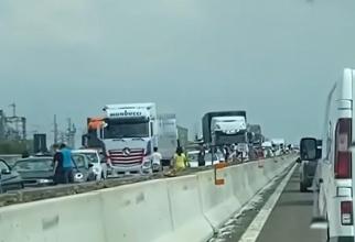 Italia. Zeci de mașini cu parbrizele sparte pe o autostradă, după o grindină puternică - VIDEO