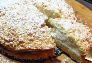 Tort Sirtaki cu crema de iaurt grecesc. Un desert super rapid, cu doar 150 de calorii pe porție