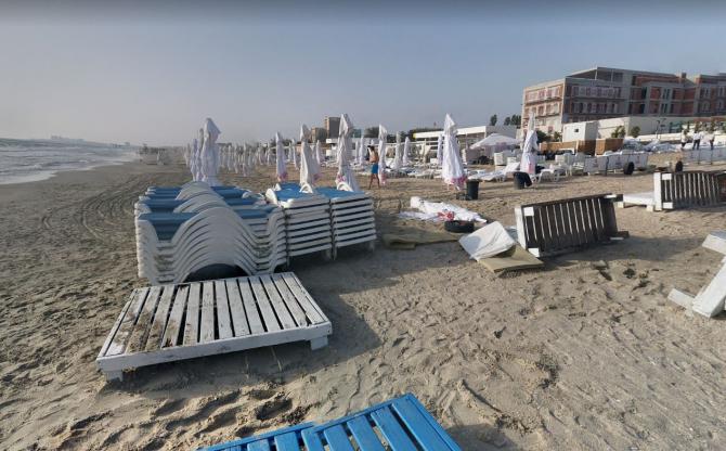 A plouat cu amenzi pe litoral. Administratorii de plajă, care nu respectă distanța dintre șezlonguri și mare, sancționați