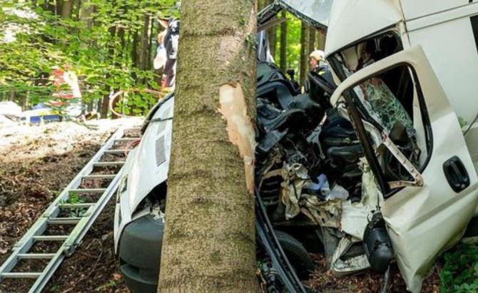 Duba condusă de român s-a făcut praf în urma accidentului (Sursa foto: Einsatzdoku Lechner via kleinezeitung.at)