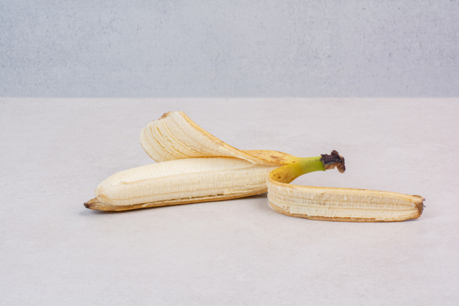 Amestecă o coajă de banană cu bicarbonat de sodiu. Efectul miraculos pentru pielea ta!