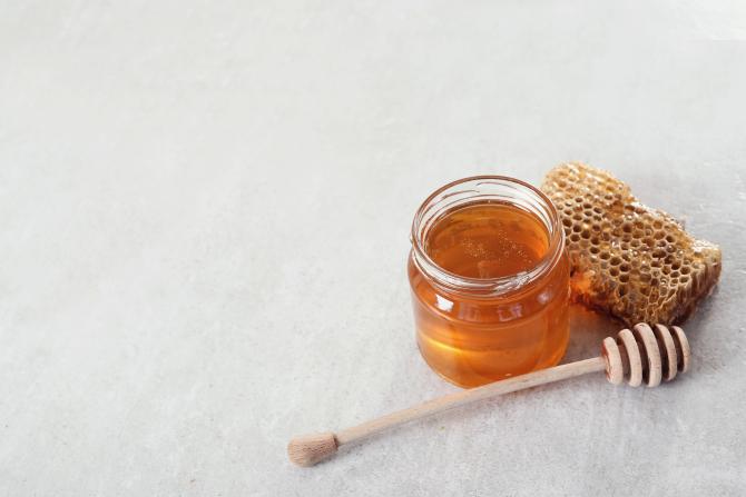 Amestecă o lingură de miere cu două albușuri! Este necesar doar o dată pe săptămână