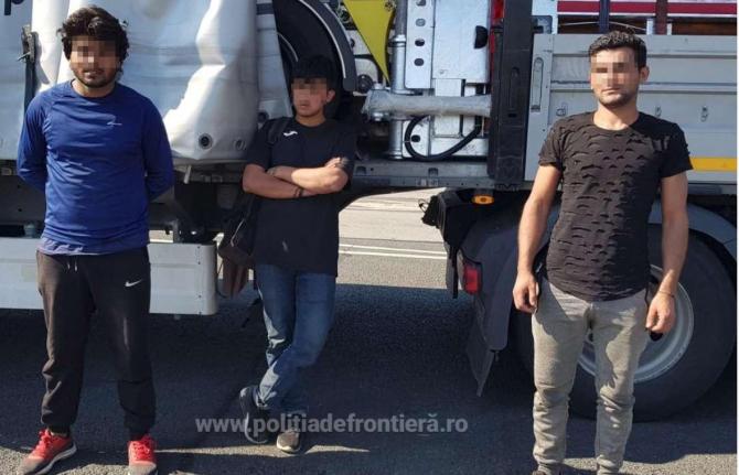 Autocamion, condus de un șofer turc, oprit în vamă. Trei bărbaţi se ascundeau printre marfa transportată