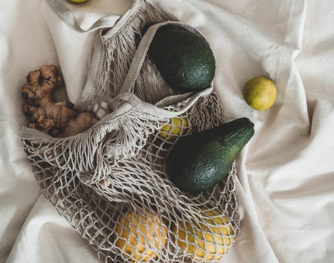Avocado la grătar cu ghimbir şi miso: gustare sănătoasă, perfectă pentru zilele de vară. Se prepară în 15 minute (sursa foto: Pexels)