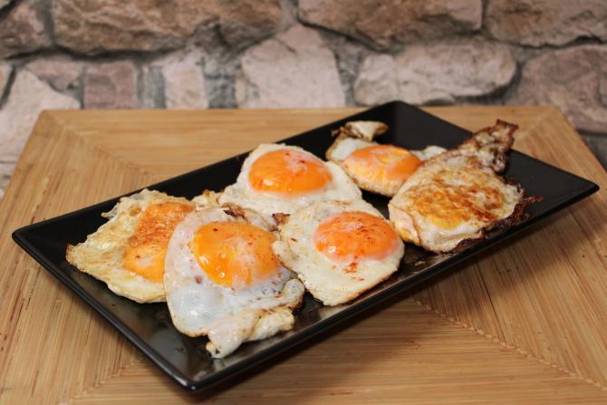 De ce să pui făină în tigaie înainte să faci ouă ochiuri și alte trucuri din bucătărie