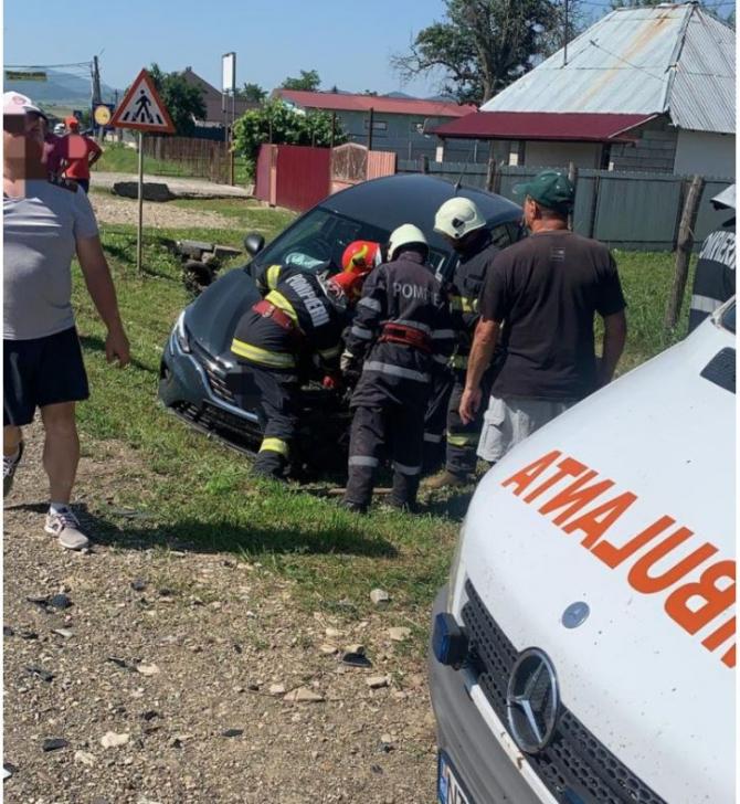 Doi pensionari au ajuns la spital, în urma unui accident rutier. Coliziune frontală între două mașini în Neamț