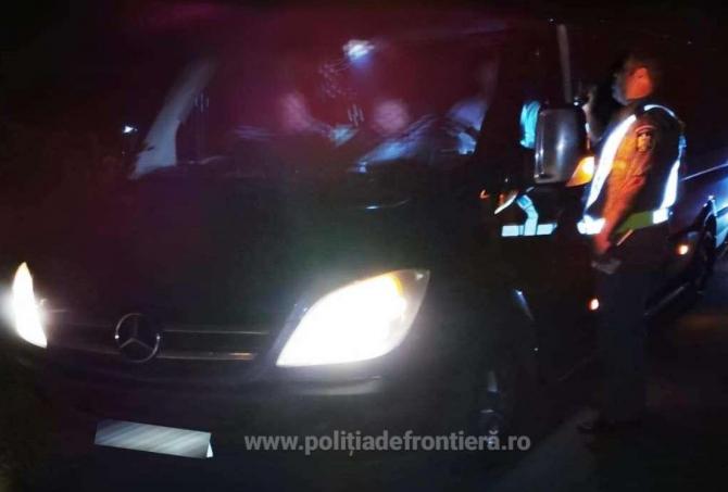 Doi șoferi s-au ales cu dosare penale, după ce unul din ei a împrumutat microbuzul colegului