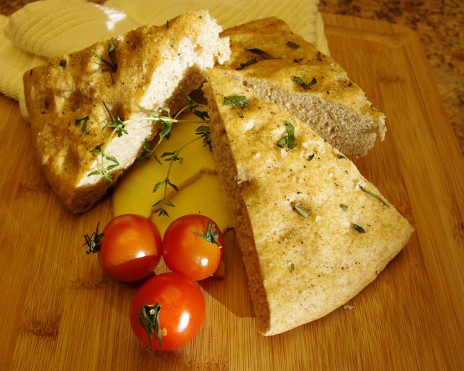 Focaccia cu usturoi și rozmarin, după o rețetă italiană autentică. Miez pufos, coajă crocantă și o aromă unică