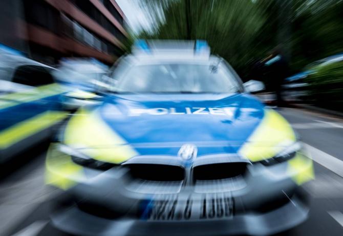 Germania. Un român, care se plimba cu un rucsac plin de parfumuri de lux, luat la întrebări de polițiști