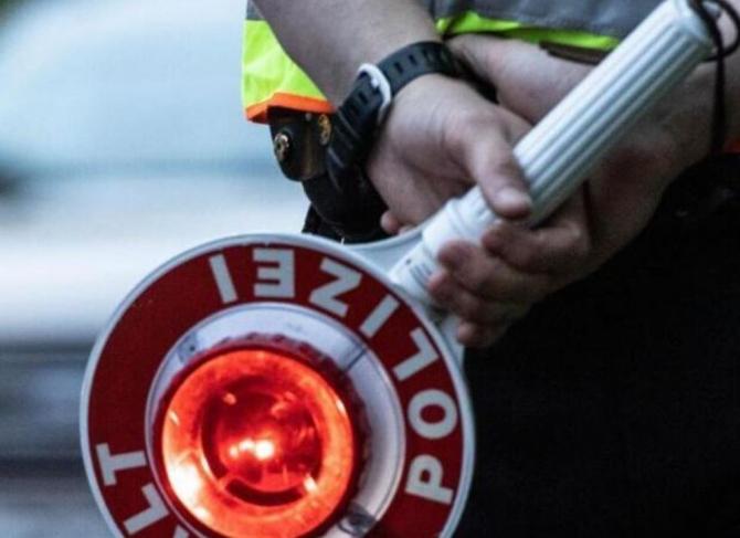 Germania. Un român, fost ofițer de poliție, călătorea cu o colecție de arme în mașină