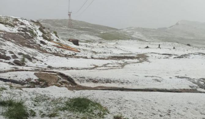 Grindină pe Valea Prahovei. Stratul de gheață a atins câțiva centimetri Sursa - Salvamont Prahova