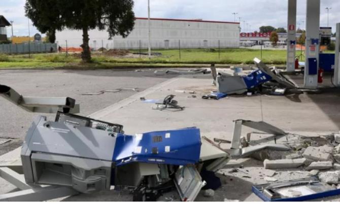 Italia. Muncitori români, atac cu buldozerul într-o benzinărie. FOTO: captură laprovinciapavese.gelocal.it
